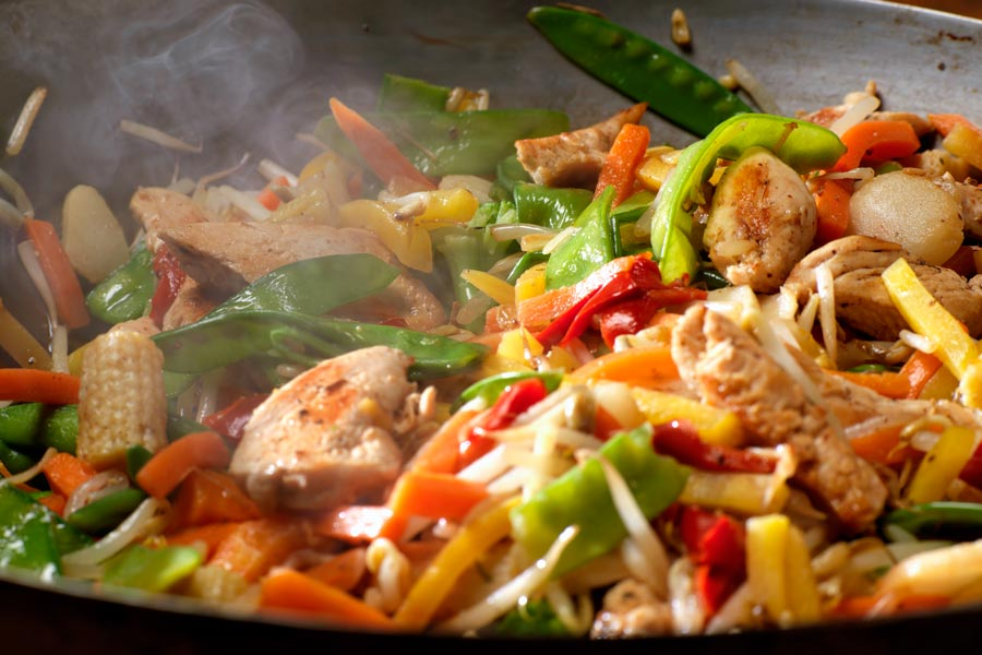 Knackiges Wok-Gemüse mit Huhn | Der Kochguide