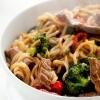 Asiatische Bratnudeln mit Rindfleisch und Brokkoli