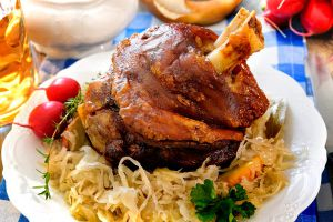 Knusprig-gebratene-Schweinshaxe-auf-Sauerkraut