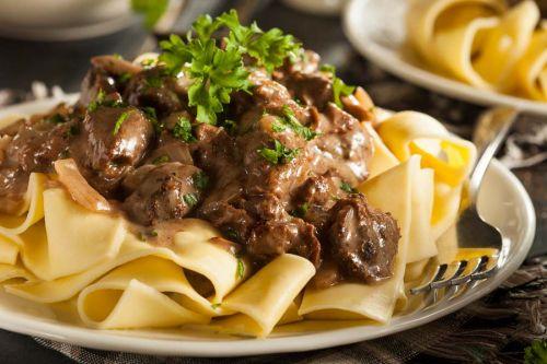 Rindfleisch und breite Nudeln