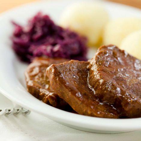 rinderbraten-mit-kartoffelknoedeln-und-rotkohl