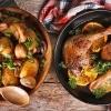 Entenkeulen mit gebackenen Kartoffeln und Pilzen