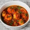 Geschmorte Hähnchen-Happen in würziger Tomatensoße