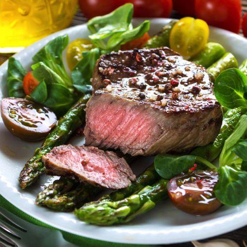 Rinderfilet mit gebratenem Spargel und Salat