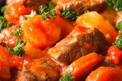 Zartes saftiges Kalbsragout in Tomatensauce