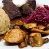 Einstimmung auf die Weihnachtszeit: Hirschgulasch mit Semmelknödel, Rotkraut und Kräuterseitlingen