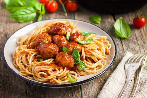 Meatballs-mit-Nudeln-und-Tomatensauce