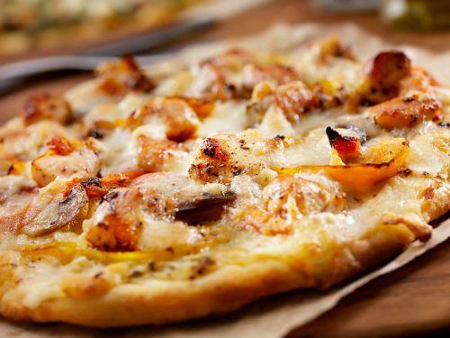 pizza rezept mit h hnchenbrust und paprika der kochguide. Black Bedroom Furniture Sets. Home Design Ideas