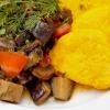 Gebratene Polenta-Taler mit Pilzgemüse