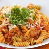 Rote Linsen-bolognese mit Pasta