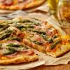 Pizza mit Spargel und Schinken