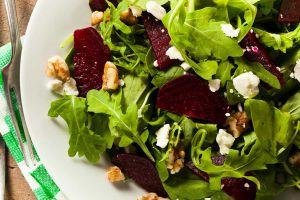 Salat-von-Roter-Bete-Rucola-Walnuessen-und-Feta