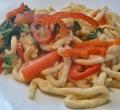 Spätzlepfanne mit Mangold, Paprika und Tomaten