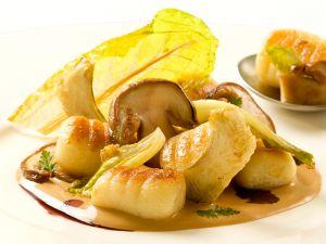Gnocchi mit Pilzen in Mandelchreme und Baby Romana Salat