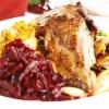 Knusprig gebratene Ente mit Blaukraut und Kartoffelspalten